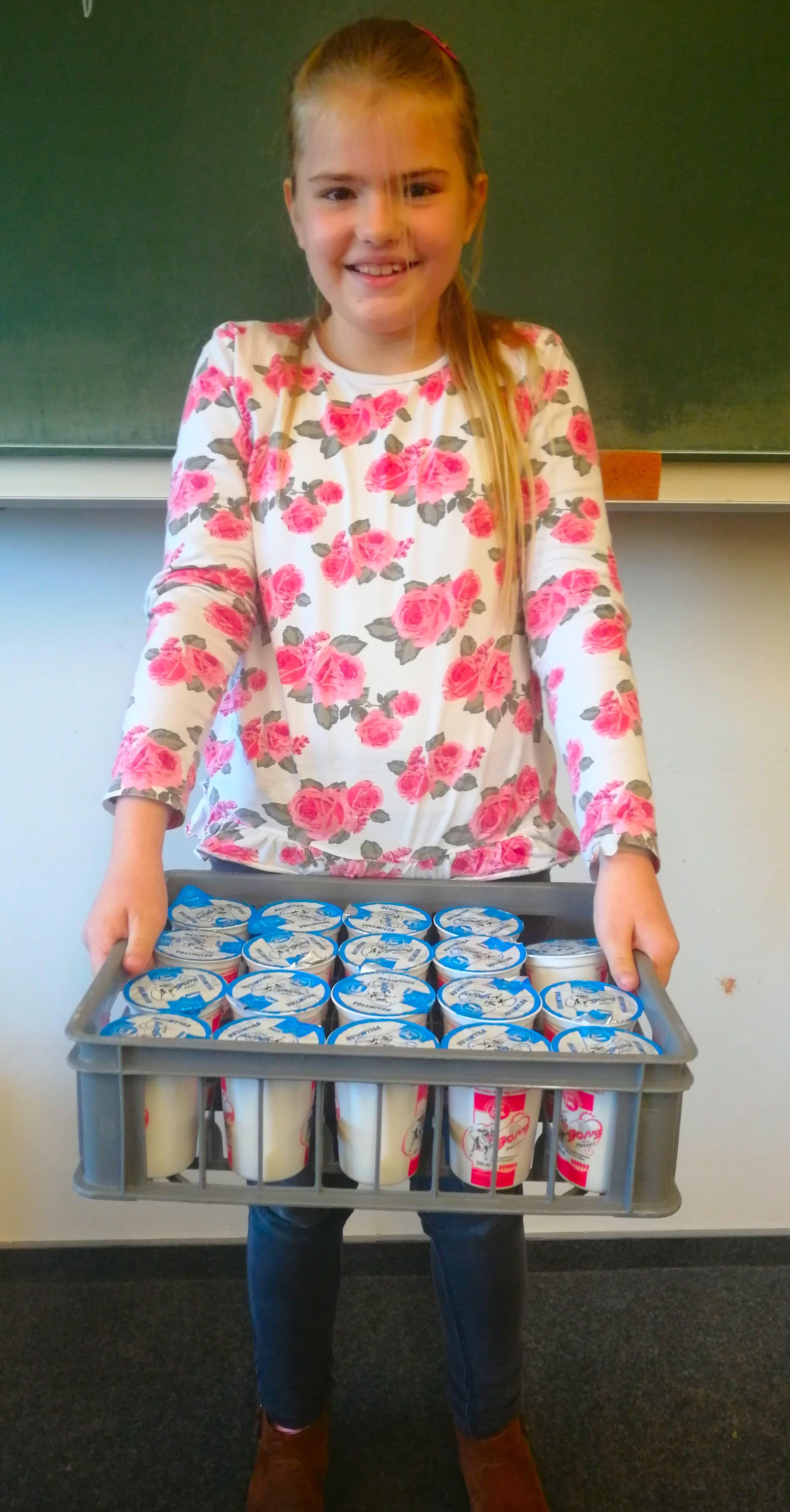 Schülerin mit frischer Milch.