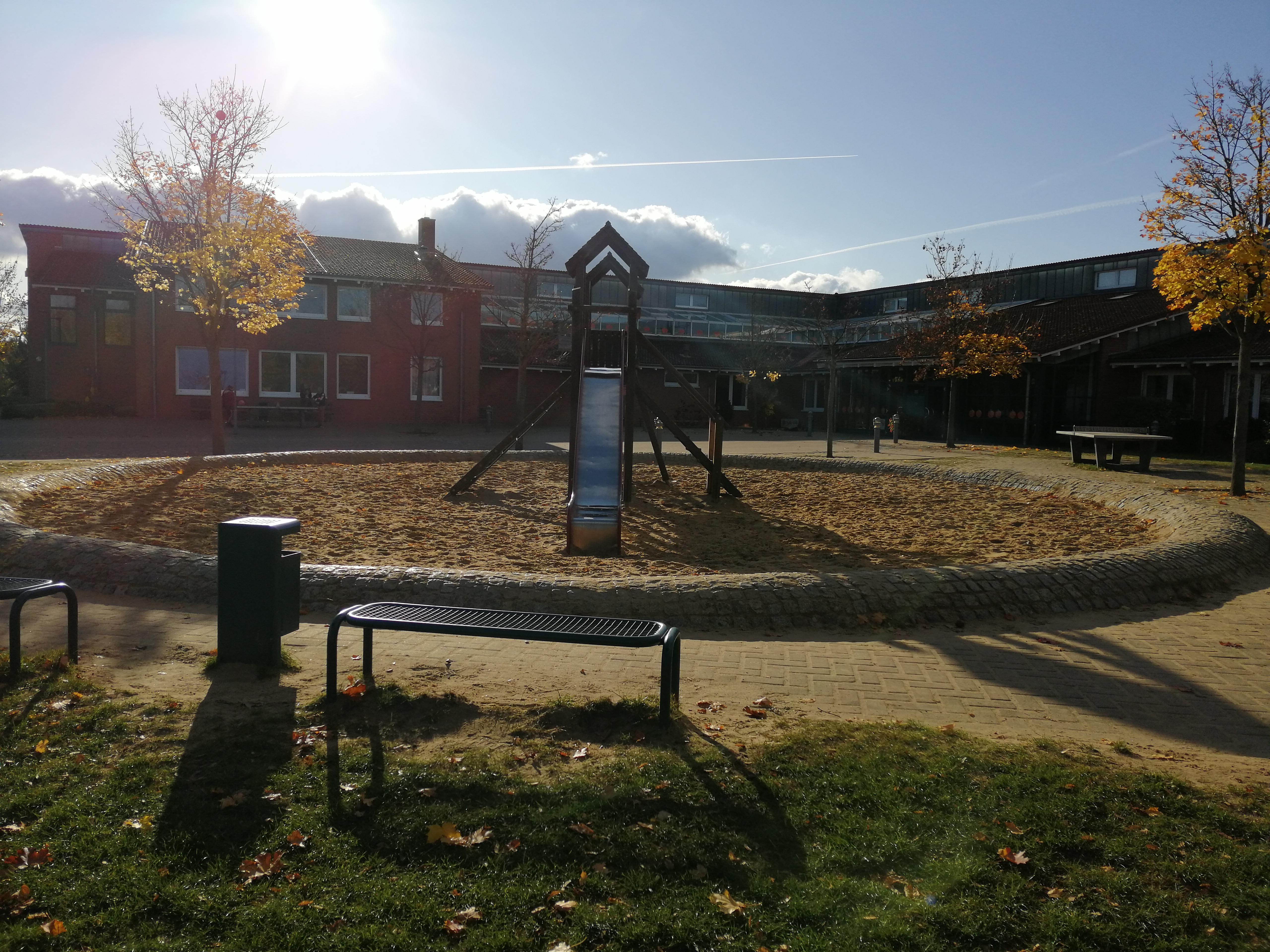 Spielplatz mit Rutsche und Klettergerüst