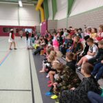 Grundschule begrüßt sich zur Faschingsfeier