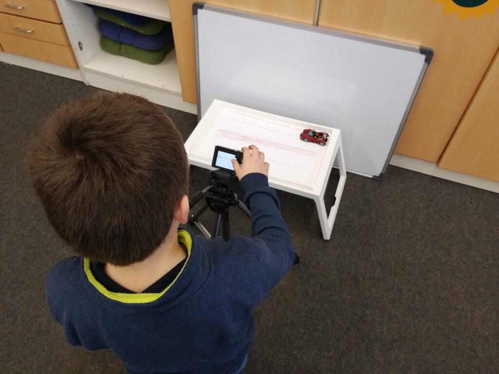 Schüler stellt Kamera für Foto ein.